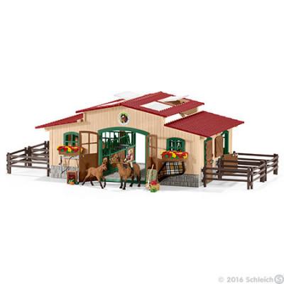 Caballeriza con caballos y accesorios